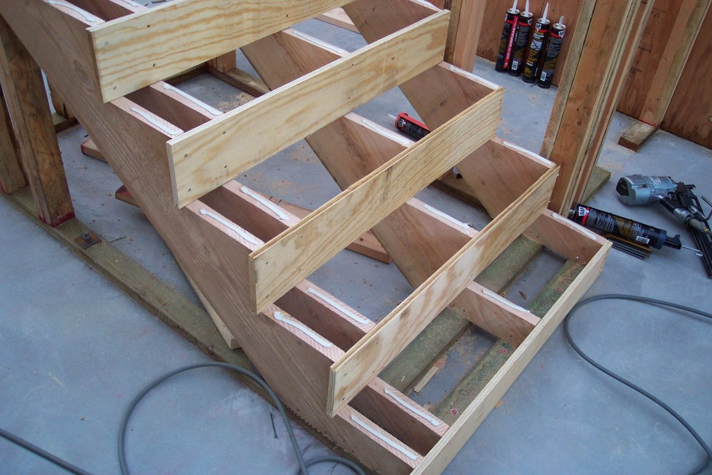 Как собрать лестницу из дерева на второй этаж своими руками 33