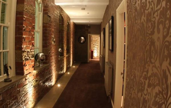фото длинного коридора отделанного кирпичиками игрушка