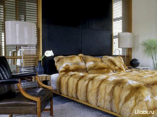 Helles Schlafzimmer Mit Einer Schwarzen, Matten Wand Und Einem Schwarzen  Lederstuhl. In Solch Einem Innenraum Sehen Das Pelzplaid Und Das Kissen  Harmonisch ...