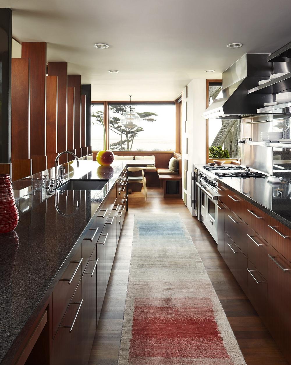 Innenraum eines kleinen Küchenwohnzimmers in einem Holzhaus. Essen ...